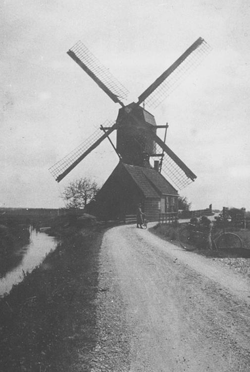 Oostmolen, Mijnsheerenland, Bemerk de mansardekap en de hoog geplaatste lange spruit.  Foto datum onbekend, ingezonden door Arie Hoek.