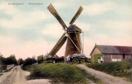 (stenen grondzeiler), Oostvoorne, Een mooi plaatje uit de oude doos van de Oostvoornse molen nog in bedrijf.  Foto: n.b. (verzameling Rob Pols).
