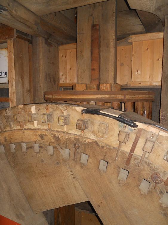 De Vrouw Venner, Oud Ade, Het onderwiel met de opgelegde velg en daaronder de kamgaten van het oorspronkelijke wiel. Foto: Rob Simons (28-10-2012).