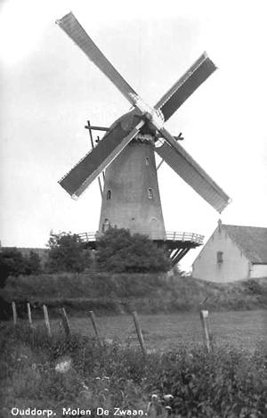 De Zwaan, Ouddorp, Zeer oude opname van De Zwaan, met oud-Hollands op beide roeden.  Foto: ? (verzameling Rob Pols).