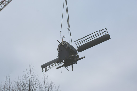 Dekkermolen, Hoogmade, Foto: Helma de Jong (9-1-2009). Het bovenhuis hangt in de takels voor het transport naar Hoogmade.