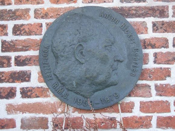 Waterloosmolen, Rijpwetering, Foto: Ruud Bax (3-2-2007).  Plaquette ter ere van Anton Bicker Caarten.