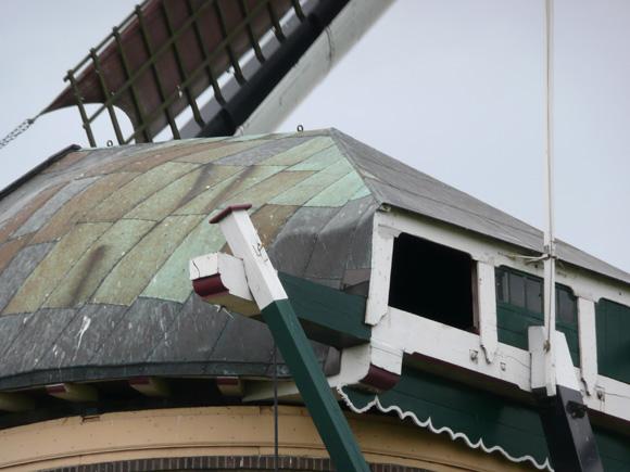 Veendermolen, Roelofarendsveen, Op deze foto valt de kapbedekking van koperen platen goed op!  Foto: Gerard Barendse (2007).