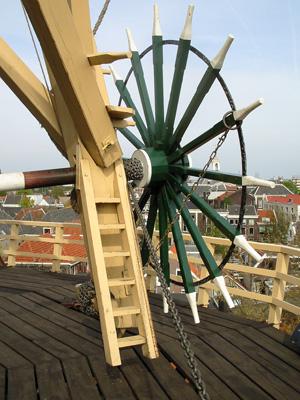De Walvisch, Schiedam, De voor een Schiedamse molen nogal vreemde hoge kruibank. Foto: Rob Pols (2004).