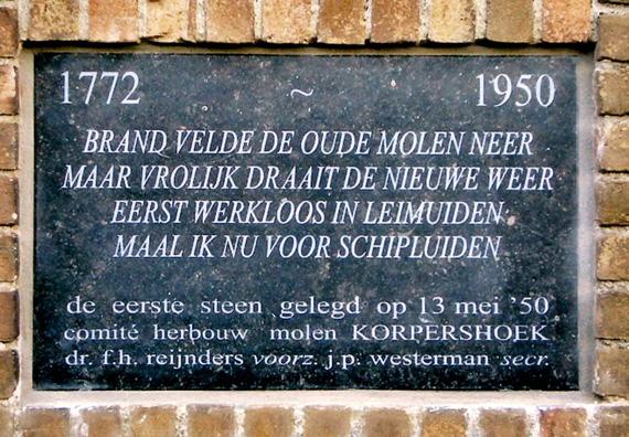 De Korpershoek, Schipluiden, De vernieuwde gevelsteen (zie tekst).  Foto: Teun v/d Sloot (oktober 2005).