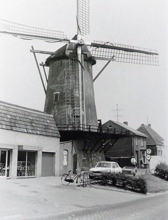 De Korenbloem, Sommelsdijk, Aan de witte Peugeot 504 te zien is de foto van omstreeks 1970.  Verzameling: Jelle van Daalen.