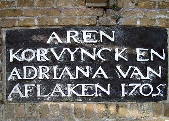De Korenbloem, Sommelsdijk, Foto: Rob Pols (28-7-2004). De stichtingssteen