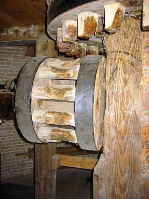 Korenlust, Stellendam, Het zeer zeldzame kammen-op-staven-luiwerk van deze molen.  Foto: Dennis Bommeljé.
