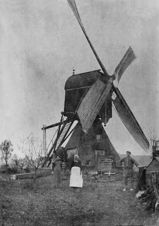 Bonrepasmolen, Vlist, Op de voorgrond het molenaarsgezin van Dirk Prins (overleden 27 april 1909).  Foto ca. 1900, ingezonden door Arie Hoek.