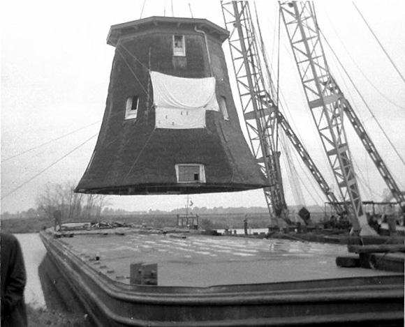 Broekdijkmolen, Warmond, Foto: Frans Rutten (1975). Het achtkant uit de Waarderpolder bij Haarlem arriveert per schuit (zie tekst).
