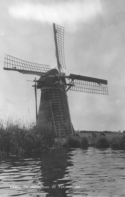 De Kok, Warmond, Molen De Kok, nog met houten bovenas. Merk op dat één van de voorzomen niet compleet is.  Foto datum onbekend, ingezonden door Arie Hoek.