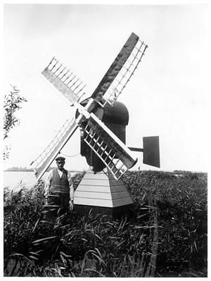 Faljerilmolen, Warmond, Het molentje met zijn maker, Gerrit Sepers, ± 1936-1940.  Foto: ? (verzameling Ton Meesters).