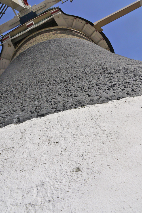 Windlust, Wassenaar, Een deel van de stenen romp is beschermd met een zwarte laag bitumen.  Foto: Matthieu Hoogduin (5-4-2014).