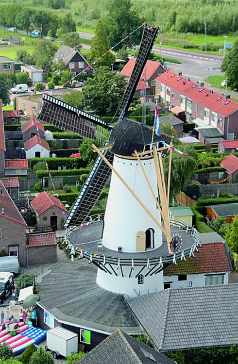 Windlust, Westmaas, De molen tijdens het dorpsfeest vanuit een kraan gezien.  Foto: Jesse in 't Veld (1-9-2012).