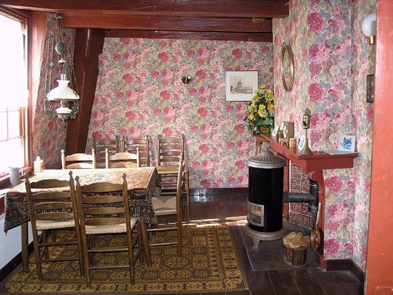 Barremolen, Zoeterwoude-Rijndijk, De woning in de Barremolen. De vraag is of dergelijk behang in 1661 in de mode was.... Foto: W. Jans (14-05-2005).