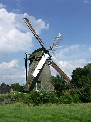 Meerburgermolen, Leiderdorp, De molen nog op zijn oude plaats in Zoeterwoude.  Foto: Leo Middelkoop (19-8-2006).