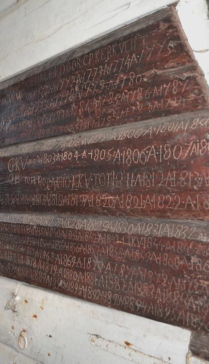 Zelden van Passe / <br>De Westeinder, Zoeterwoude-Dorp, Een zeer bijzonder houten bord met inscripties van de molenaarsfamilie Kerkvliet.  Foto: Rob Pols (27-10-2013).