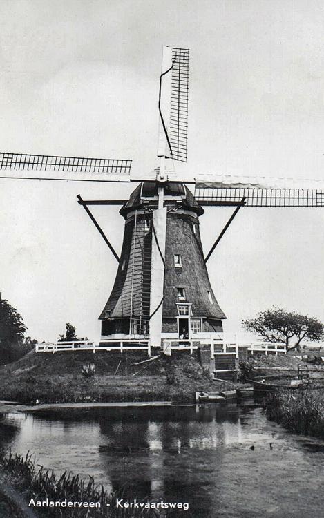 Molen No.4 (of: de Putmolen), Aarlanderveen, De Putmolen nog met het Dekkersysteem. Foto: ansichtkaart (ca. 1960), coll. Arie Hoek.
