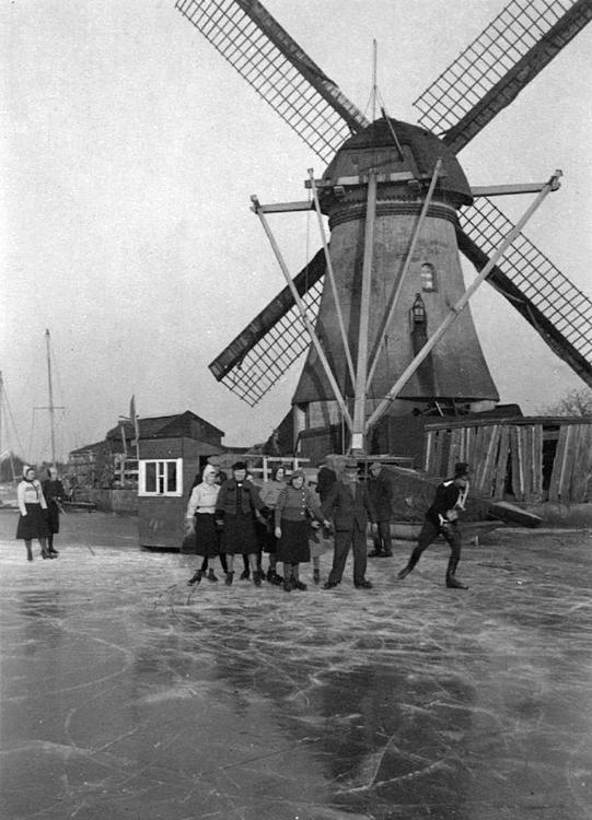 Kortlandse Molen, Alblasserdam, Let op de seinmast voor het hangen van de seinlamp achter op de kap.  Foto datum onbekend, ingezonden door Arie Hoek.
