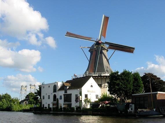 De Eendracht, Alphen aan den Rijn, De molen nog met rode askop (zie Trivia). Foto: Philip Pijnnaken (2003).