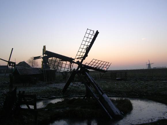 (paaltjasker), Bleskensgraaf, Achter de tjasker is het industriemolentje 't Haantje te zien en helemaal rechts in de verte is de Peilmolen te Oud-Alblas zichtbaar.  Foto: Robert van 't Geloof (19-12-2007).