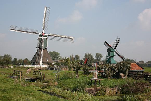 Wingerdse Molen, Bleskensgraaf, Het complete molenspul van de familie Schouten in beeld, met rechts het stellingwipmolentje Het Haantje.  Foto: Frank Hendriks (21-9-2008).