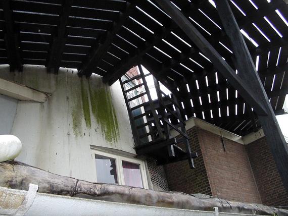 De Arkduif, Bodegraven, Het merkwaardige trapgat in de stelling met toegang tot een deur net ònder de stelling.  Foto: Rob Pols (21-7-2005).