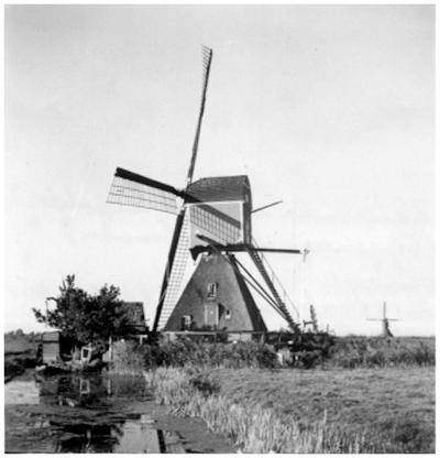 Vlietmolen, Hoogmade, Vaag op de achtergrond de in 1953 verbrande Freekmolen.  Foto: D. Wessel, R