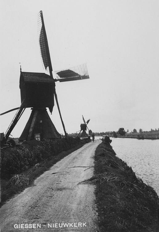 Scheiwijkse Molen, Hoornaar, Op de achtergrond de Windasmolen, gesloopt in 1939.  Foto datum onbekend, ingezonden door Arie Hoek.