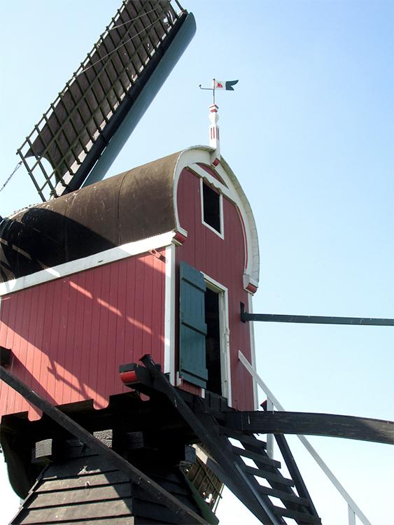 De Kager, Kaag, Foto: Piet Glasbergen (8-9-2016)Achterkant kap. In het vaantje zit een plasticglazen zeilscheepje, waar de zon doorheen kan schijnen.  Jan Verhaar is voormalig wedstrijdzeiler. De prachtige houten boot bij de molen is van hem.