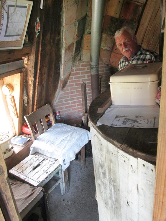 De Kager, Kaag, Foto: Piet Glasbergen (8-9-2016)Interieur. Molenaar Jan Verhaar vertelt hoe zijn vader daar altijd zat bij weer en wind met zijn allesbrander. Uit piëteit laat hij het intact