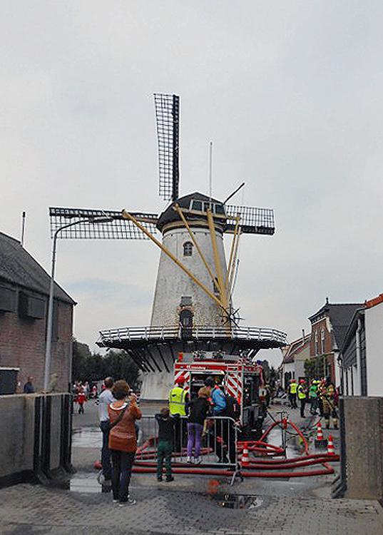 Korenlust, Stellendam, Een brandweerwedstrijd bij de molen. Op de voorgrond een dijkcoupure met sleuven voor schuiven tegen hoogwater.  Foto: Frank Moerland (4-10-2014).