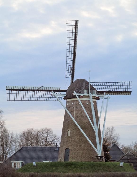 Molen van Van Hal, Voorst, Piet Glasbergen (1-1-2014).   Database Nederlandse molens