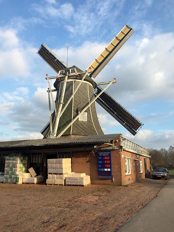 Teunismolen, Dinxperlo - De Heurne, Fabian Gerritsen (12-2-2016)Het pakhuis dat tevens dienst doet als belt, maakt nog deel uit van de veevoederhandel.  | Database Nederlandse molens