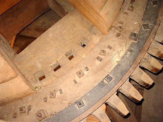Eben Haëzer, Enumatil, Harmannus Noot (8-5-2004).Het spoorwiel is een omgebouwd bovenwiel.  | Database Nederlandse molens