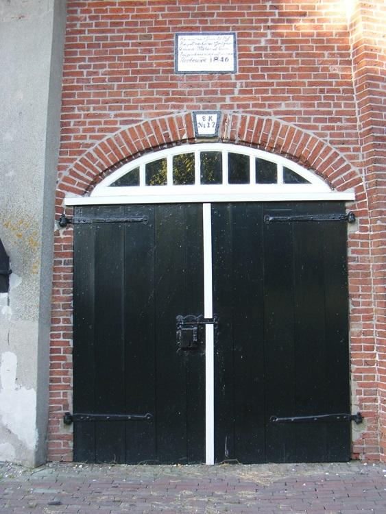 De Vier Winden, Pieterburen, De zuidwestelijke deuren met fraaie slot.  Martin E. van Doornik (14-8-2013). | Database Nederlandse molens