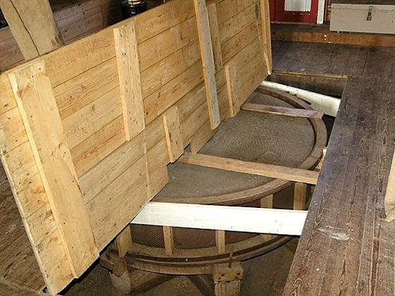 Eva, Usquert, W. Jans (10-06-2006)Een blik op één van de pelstenen. | Database Nederlandse molens