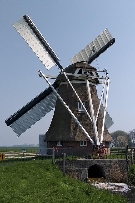 De Palen, Westerwijtwerd, Wouter Bakker (8-4-2019)Na het herstel dat eind 2018 begon heeft de molen zijn kleppen weer terug. | Database Nederlandse molens