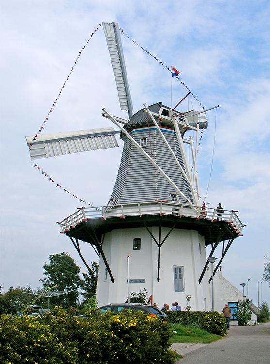 De Wetsinger, Wetsinge, Martin E. van Doornik (17-9-2016). De molen tijdens de feestelijke ingebruikstelling. | Database Nederlandse molens