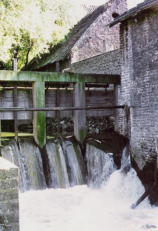 Baalsbruggermolen, Kerkrade, Waterval met de losschuiven half geopend.  Fotograaf niet met zekerheid te zeggen (1970), ingezonden door Huub Huijnen. | Database Nederlandse molens