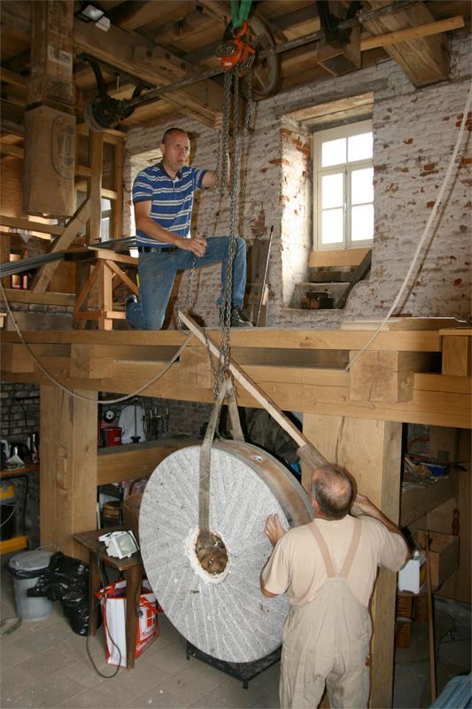 Baalsbruggermolen, Kerkrade, W. van Oosten (13-8-2012)De eerste molensteen wordt naar de maalzolder gehesen. | Database Nederlandse molens