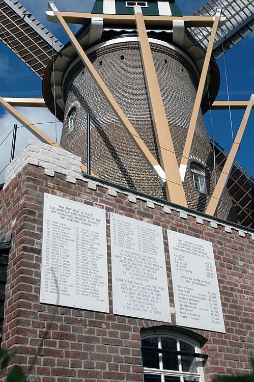St. Antonius, Eerde, Erwin Janssen (2-4-2012)Platen op molen met de namen van diegenen die hier hun leven lieten voor onze vrijheid.   Database Nederlandse molens