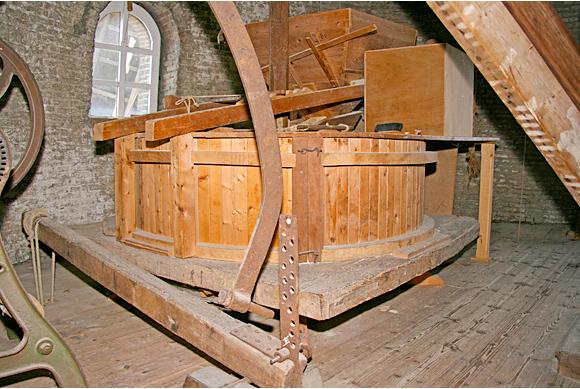 De Bisschopsmolen, Etten, Ton Koorevaar (20-5-2011)Onder deze maalstoel zit nog een gedeelte van de oorspronkelijke standerdmolen. | Database Nederlandse molens