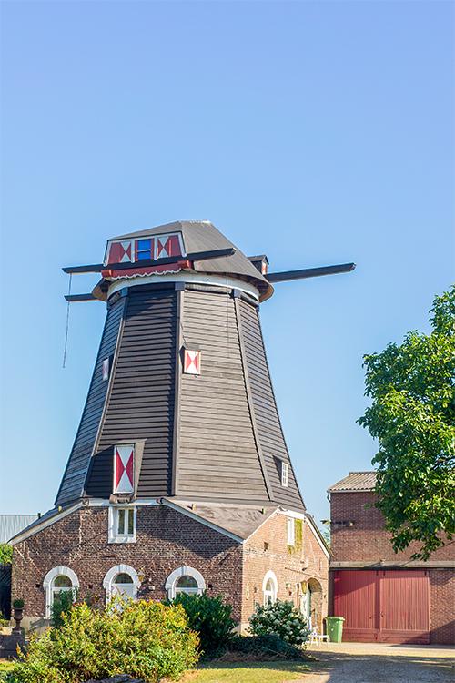 (stellingmolen), Katwijk-Linden, Marcel van Nies (17-8-2016)Romp en kap zijn in oude staat (van voor 1957) hersteld. | Database Nederlandse molens