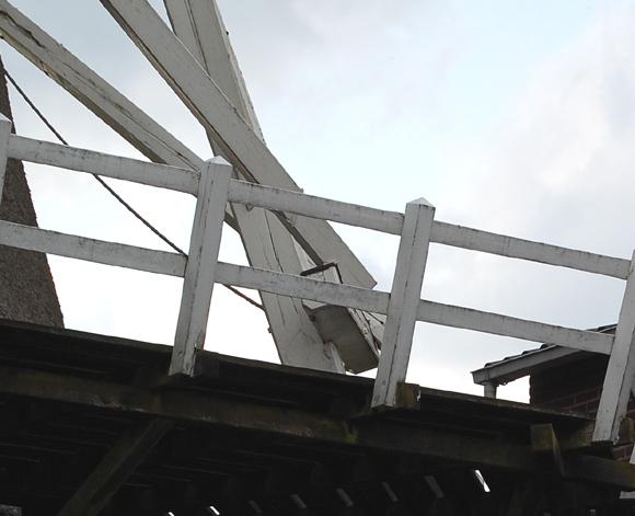 (stellingmolen), Katwijk-Linden, De lange schoren zijn door middel van een soort klein 'galghoutje' verbonden aan de staartbalk,  waarschijnlijk om te voorkomen dat ze door het riet van het achtkant schuren.  Rob Pols (2-5-2008).  | Database Nederlandse molens