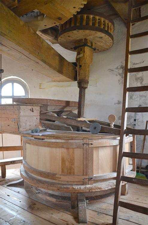 De Grenswachter, Luyksgestel, Rob Pols (8-8-2015)De molen wordt zowel in- als uitwendig in zeer goede staat onderhouden. Hier een koppel maalstenen.   Database Nederlandse molens