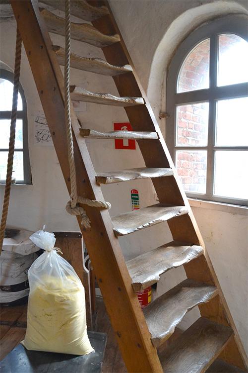 De Grenswachter, Luyksgestel, Rob Pols (8-8-2015)Een zeer oude trap naar de luizolder. De treden zijn prachtig ingesleten.   Database Nederlandse molens