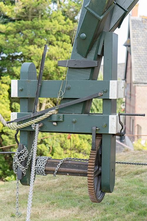 (beltmolen), Nispen, Marcel van Nies (10-9-2016)Het staalkabeltje aan het bedieningspaneel bedient de zwichtring waarmee de stand van de kleppen wordt geregeld. | Database Nederlandse molens