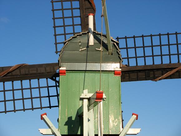 De Hadel, Zaandam, Hessel de Vries (5-1-2009)Het bovenhuis met staart. Let vooral eens op de plaatsing van de staartbalk; niet loodrecht, maar enigszins diagonaal vanwege de bevestiging van de trap. | Database Nederlandse molens