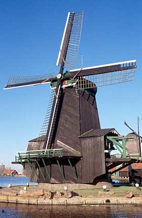 De Poelenburg, Zaandam, De Gekroonde Poelenburg vóór de restauratie van 2005. Zoek de verschillen!  Willem Jans (4-1-2002). | Database Nederlandse molens